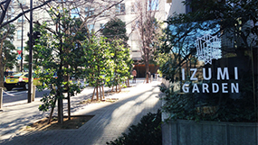 "Turn to the right at the glass board ""IZUMI GARDEN""."